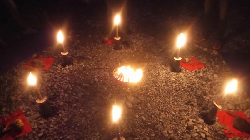 Fackeln und Feuer bei einem Jahreskreisfest.